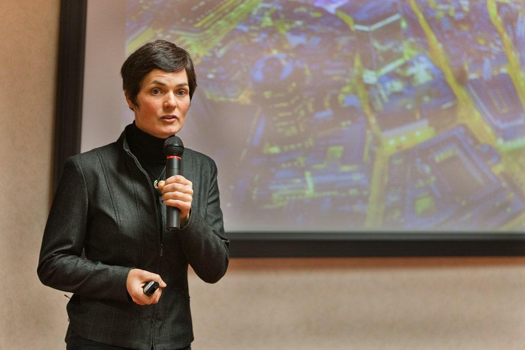 nell'immagine è raffigurata la Ellen MacArthur, fondatrice dell'omonima fondazione. mentre è ad una conferenza